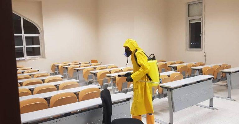 تعقيم المدرجات والقاعات والمكاتب بجامعة عمر المختار