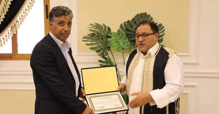 تكريم مدير مركز التوثيق والمعلومات بجامعة عمر المختار.